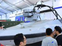 China exhibe un barco de gobierno automático lanzador de misiles