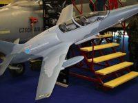 El nuevo reactor checo L-39NG sale del hangar