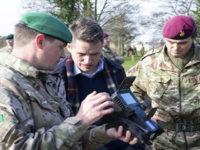 El Secretario de Estado de Defensa Británico en la 16ª Brigada de Asalto Aéreo