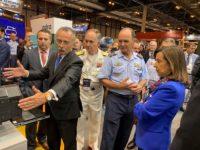 La Ministra de Defensa, con el Jefe del Estado Mayor del Ejército del Aire, Teniente General Javier Salto y el presidente de Tecnobit – Grupo Oesía, Luis Furnells