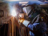Soldadura por arco de núcleo fundente en un carro de combate M1. La soldadura por arco de núcleo fundente se utiliza para eliminar impurezas cuando el metal que se está soldando no está limpio. (Jeffrey Cleghorn/Ejército US Army)
